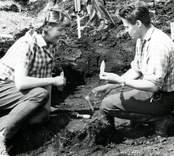 Ulf Erik Hagberg visar fynd vid utgrävningarna av Skedemosse.