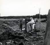 Ulf Erik Hagberg och kung Gustaf VI Adolf vid Utgrävningarna i Skedemosse.