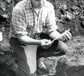 Ulf Erik Hagberg under utgrävningarna i Skedemosse.