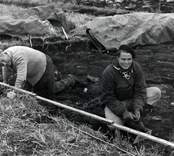 Ulf Erik Hagberg (till höger) under utgrävningarna av Skedemosse.