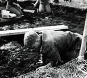 Kronprins Carl Gustaf, nuvarande kung Karl XVI Gustaf, deltog tillsammans med kungafamiljen vid utgrävningarna av Skedemosse.