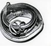 En av guldringarna som påträffades vid Skedemosse.