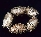 Dubbelkonisk pärla av guld från romersk järnålder.