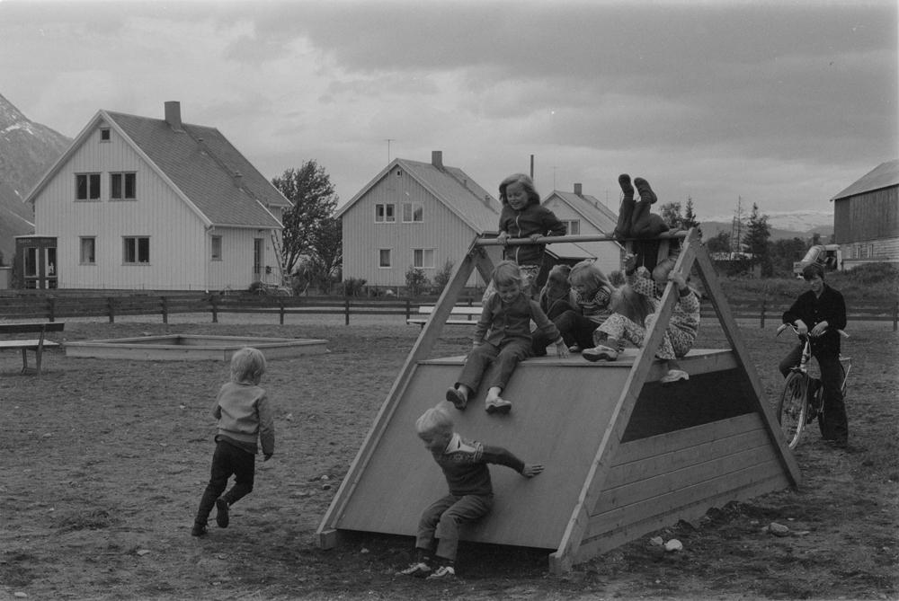 Barn prøver ut nytt utstyr på lekeplassen i Husbrekka (Foto/Photo)