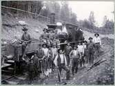 Banarbetare och Ånglok SWB A2 7 vid  anläggandet av linjen Ängelsberg - Vansbro. Här vid Semla, Fagersta.