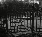 Järngrind och staket till en gravplats på Fagerhults kyrkogård.