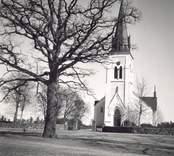 Fagerhults kyrka från väster med kyrktornet i nygotisk stil i fonden.