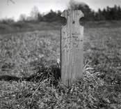 En liten gravvård av trä.