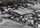 Vykort c:a 1961, flygbild över Kållered station och Vommedal. Utmed Streteredsvägen i mitten av fotot väckelsetält i Hulda Hanssons trädgård. Innan församlinghemmet byggdes.