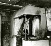 Restaurering av vedspis i kök.