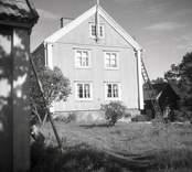 Bostadshus i Figeholm och trädgård, gaveln.