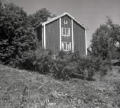 Misterhults socken, bostadshus gavel med sadeltak och träpanel i Tjustgöl.