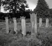 Kyrkogård med gravstenar.