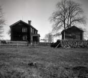 Madesjö socken, Hagnebo, manbyggnaden och källarstugan.