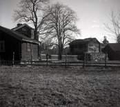 Hagnebo. Mangårdsbyggnad och bod samt källarstuga med liggande timmer.