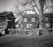 Hagnebo, mangårdsbyggnad och stuga samt ekonomibyggnad.