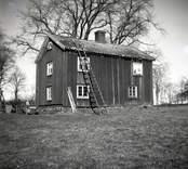 Hagnebo, mangårdsbyggnad med sadeltak och träfasad.