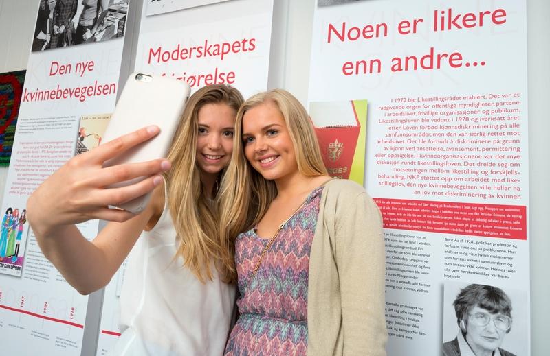 Kvinnemuseet, Kongsvinger museum, Hedmark. Jenter tar selfie med mobiltelefon i utstilling. Utstillinger. Ungdom. Besøkende. Publikum. Formidling. (Foto/Photo)