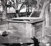 Ljusås. Brunnsöverbyggnad av trä.