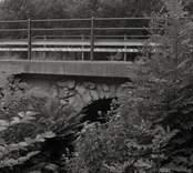 Bro över Ljungbyån vid Flemingeland, norr om kapellet i Nybro kommun. Foto, nedströms. Södra valvet från öster.