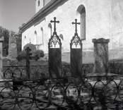Gravvårdar av gjutjärn på Döderhults kyrkogård.