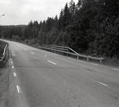 Bro över Virsermumssjöns utlopp vid Finnforsen nordvästra Kvinnemåla i Hultsfreds kommun. Foto, vägmiljö från nordost.