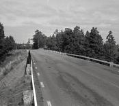 Bro över järnväg vid åsa, mellan Klämna och Oskarshamn i Oskarshamns kommun. Foto, vägmiljö från söder.