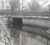 Bro över Nybrobäcken på Långgatan i Nybro kommun. Foto, uppströms från norr.