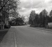 Bro över Nybrobäcken på Långgatan i Nybro kommun. Foto, vägmiljö från öster.
