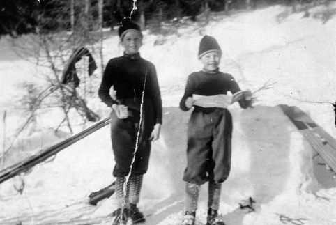 DUFSETHBAKKEN, 1955. FINN OG MAGNAR BØRRESEN VISER FRAM PREMIER ETTER HOPPRENN (Foto/Photo)