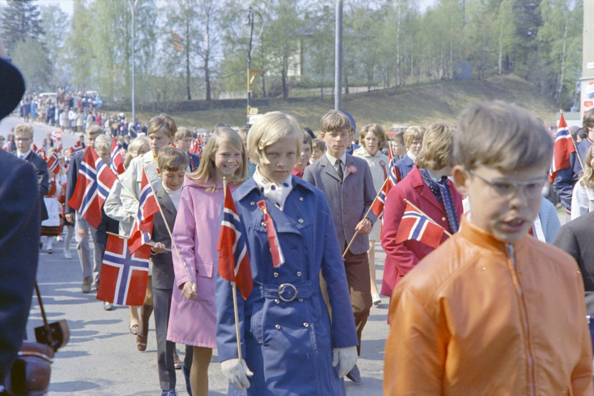 17. Mai. Brumunddal. 1970. Barnetoget, skoletoget,  (Foto/Photo)